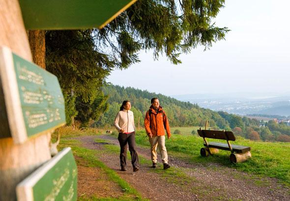 Impressionen aus dem Wanderparadies Thüringer Wald, das mit drei neuen Erlebnispfaden jetzt noch attraktiver wurde. (Foto: djd)