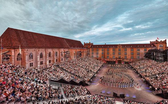 Vor der historischen Kulisse der Kaserne in Basel erwartet Besucher eine Jubiläumsshow mit viel Glanz und Glamour. (Foto: Andreas Zimmermann)