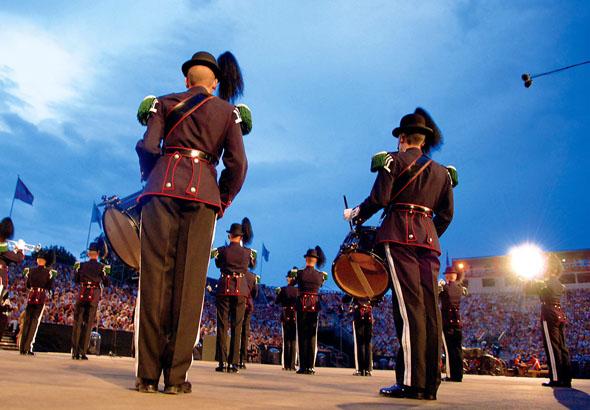 Rund 1.000 Mitwirkende präsentieren weltbekannte Ohrwürmer und kunstvoll choreographierte Marsch- und Tanzeinlagen. (Foto: Armin Smailovic)