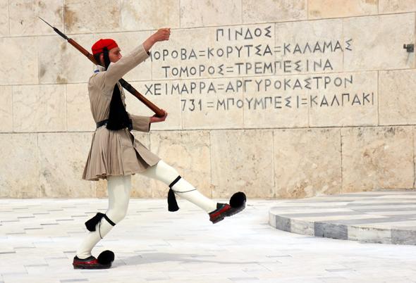 Ein Stück gelebte Tradition: Ein Evzone bei der Wachablösung vor dem Parlament. (Foto Karsten-Thilo Raab)