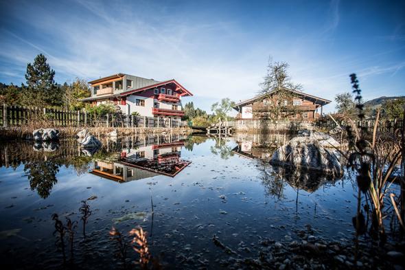 Der Schwimmteich am Hotel Großlehen lädt im Sommer zu Badevergnügen mit Alpenblick ein.