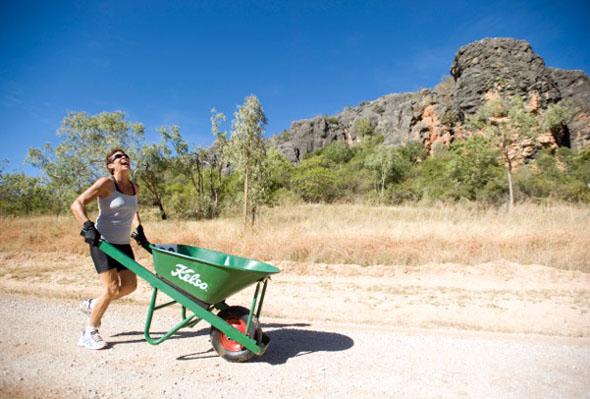 Ein bißchen verrückt muss man schon sein, um 150 Kilometer mit der Schubkarre durch die Gegend zu laufen - auch wenn dies für einen guten Zweck ist.