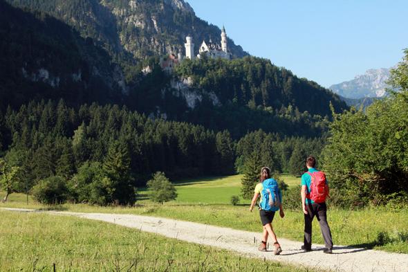 Wanderer unterhalb von Schloss Neuschwanstein. (FotoGerhard Eisenschink)