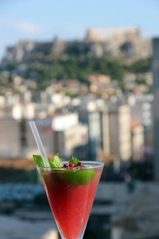 Cocktails mit Ausblick lassen sich in Athen vor allem in Gazi genießen. (Foto Karsten-Thilo Raab)