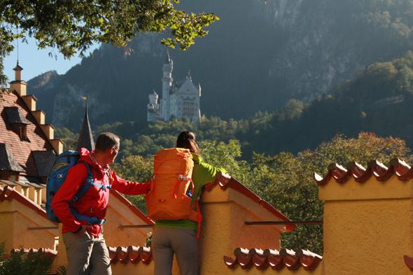 Wanderpause mit Blick auf Schloss Neuschwanstein. (Foto Gerhard Eisenschink)