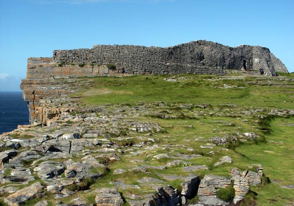 Eine der markantesten Landmarken auf den Aran Islands: das Fort Dun Aengus. (Foto Karsten-Thilo Raab)