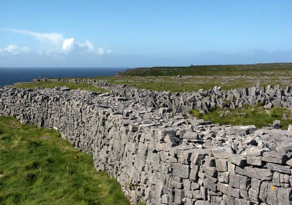 Typisch für die Aran Islands sind die mühevoll von Hand aufgeschichteten Trockensteinmauern. (Foto Karsten-Thilo Raab)