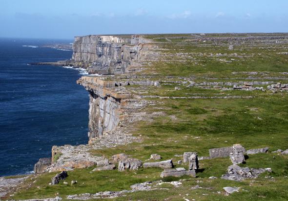 Ein Stück ursprüngliches Irland wie aus dem Bildbuch: Inishmore - hier die Klippen unweit von Dun Aengus. (Foto Karsten-Thilo Raab)