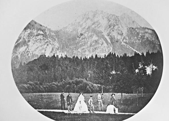 König Maximilian II., Königin Marie und die Prinzen Ludwig und Otto mit Begleitung im Schwanseepark unterhalb von Schloss Hohenschwangau. (Foto Bayerische Schlösserverwaltung)