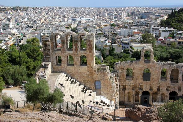 Blick von der Akropolis auf das Odeon des Herodes Atticus und das Athemer Häusermeer. (Foto Karsten-Thilo Raab)