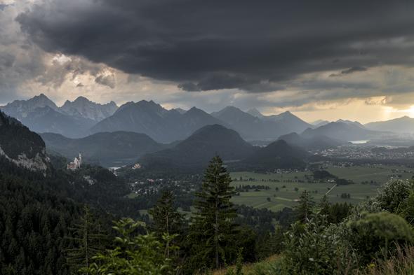 Stimmungsvolles Panorama mit den Königsschlössern. (Foto Kees van Surksum)