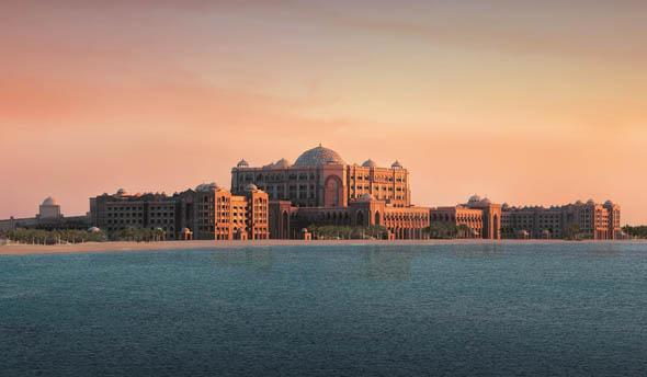 Blick vom Wasser auf das mondäne Emirates Palace.