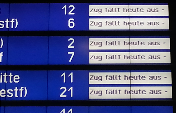Die regelmäßigen Zugausfälle sorgen für zusätzliche (An-) Spannung bei den Reisenden. (Foto Karsten-Thilo Raab)