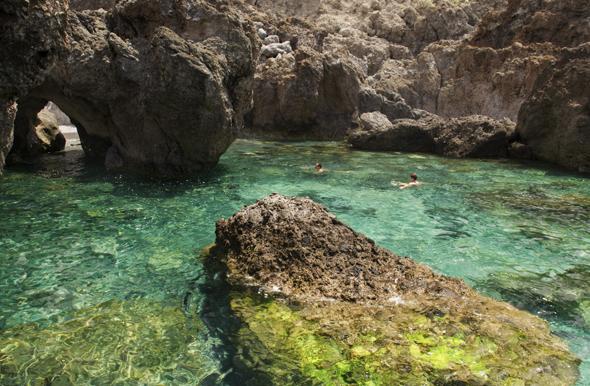 Charco del viento auf Teneriffa - ein Schwimmbecken mit Blick auf den Teide. (Foto obs)