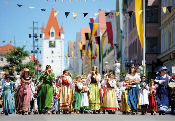 Zu den Höhepunkten des Frundsbergfestes zählen die Festumzüge an zwei aufeinander folgenden Sonntag. (Foto Robert Seitz)