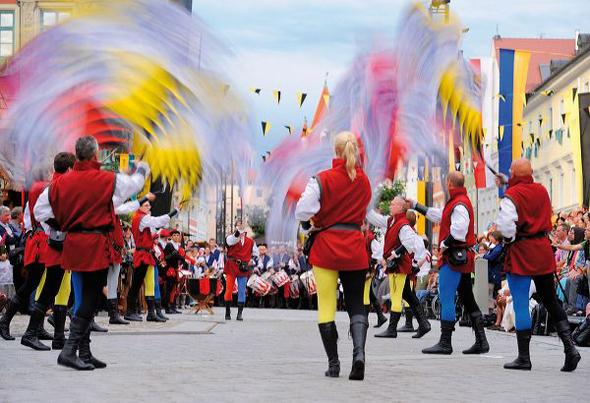 Faszinierend ist auch das Fahnespiel während der Festumzüge durch Mindelheim. (Foto Robert Seitz)