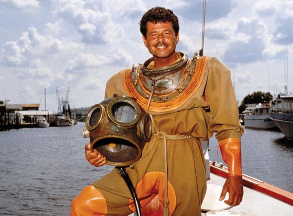 Mit schwerem Gerät steigt der Schwammtaucher ins Wasser. (Foto St. Petersburg/Clearwater Area Convention & Visitors Bureau)