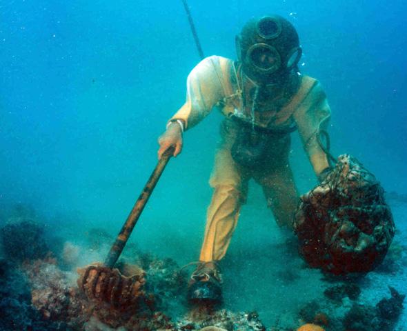 """Mit einer Harke wird der Meeresboden """"durchkämmt"""". (Foto St. Petersburg/Clearwater Area Convention & Visitors Bureau)"""
