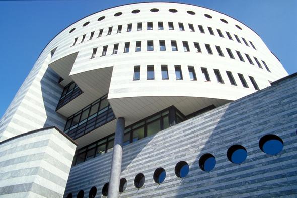 Der Tessiner Stararchitekt Mario Botta entwarf das Bankgebäude am Aeschenplatz. (Foto: djd)