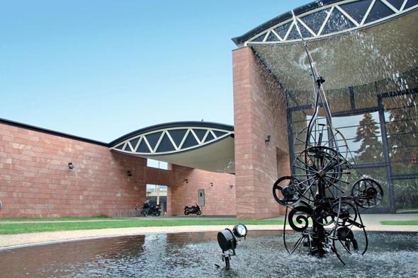 Das Museum Tinguely, 1996 gebaut von Mario Botta, verfügt über viel Raum für die kinetischen Kunstwerke. (Foto: djd)