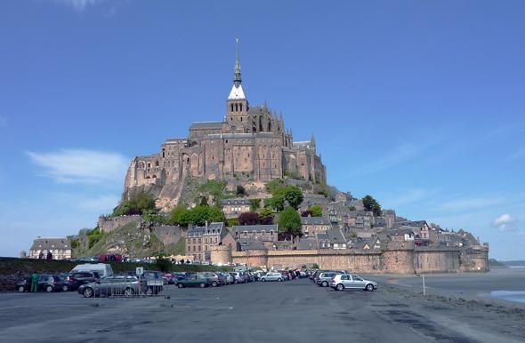 Vorbei sind die Zeiten, alsr Blechlawinen am Fuße des Felsens, die das maritime Panorama des Mont Saint-Michel störten. (Foto Urs Flükiger/Pixelio)