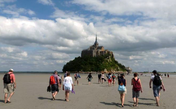 Der Mont Sainz-Michel ist n un zu Fuß oder mit einem Busshuttle vom Parkplatz aus zu erreichen. (Foto Kate Riley D. Dumas)