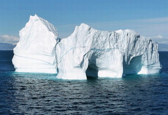 Für die mögliche Fußball-WM in Grönland schwimmen die Tore schon im Meer gherum und müssten - wie hier in der  Illilusat Diskobucht - nur an Land gezogen werden. (Foto Axel Rahne/Pixelio)