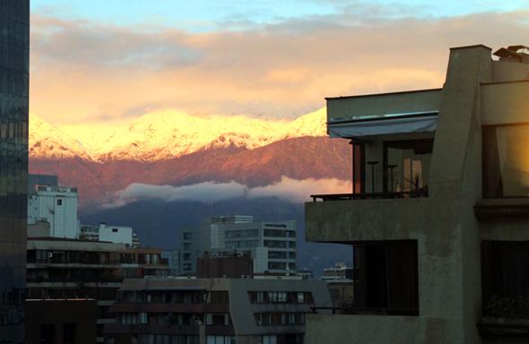 Überall im Stadtgebiet von Santiago de Chile sind die Ausläufer der Anden sichtbar. (Foto Karsten-Thilo Raab)