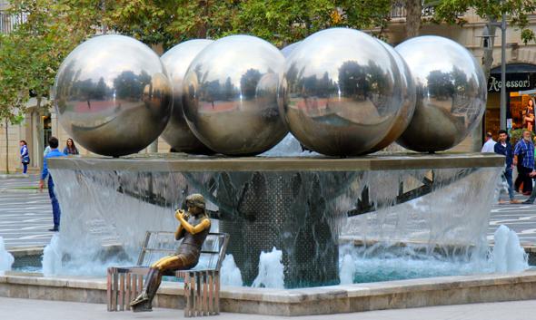 Einer der vielen Brunnen am zentralen Fountain Square von Baku. (Foto Karsten-Thilo Raab)