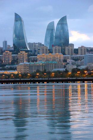 Blick auf die Flames Towers von der Uferpromenade aus. (Foto Karsten-Thilo Raab)
