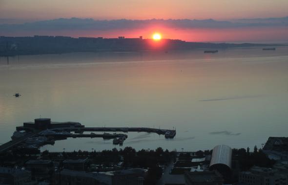 Sonnenaufgang über dem Kaspischen Meer in Baku. (Foto Karsten-Thilo Raab)