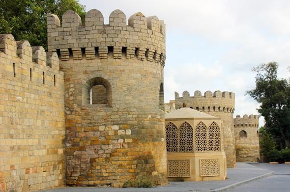 Die historische Stadtmauer in Baku ist Teil des Weltkulturerbes. (Foto Karsten-Thilo Raab)