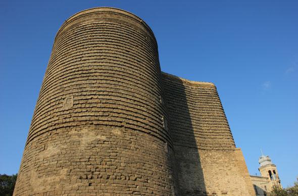 Eines der Wahrzeichen von Baku: der ungewöhnlich geformte Jungfrauenturm. (Foto Karsten-Thilo Raab)