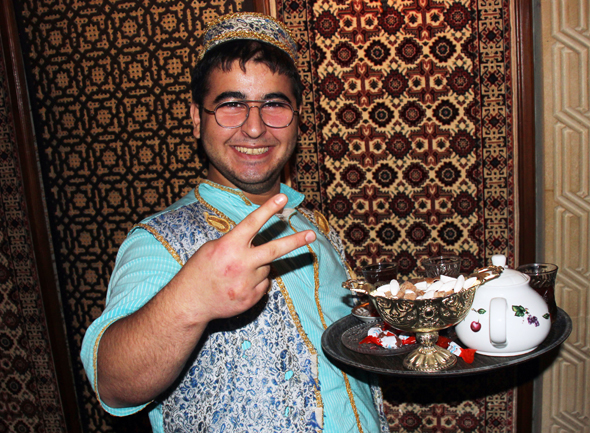 Überall in Baku wird das Nationalgetränk Tee serviert. (Foto Karsten-Thilo Raab)