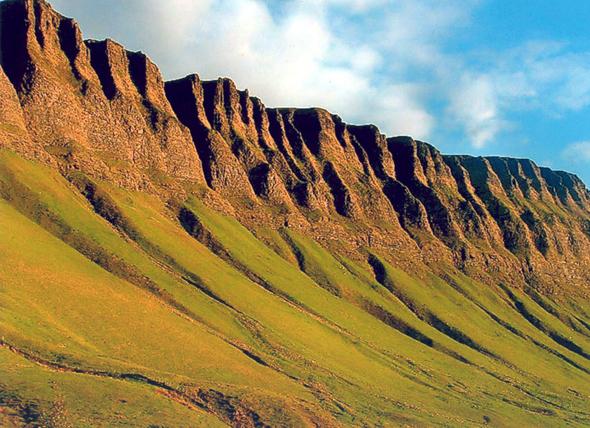 Eine faszinierende Laune der Natur: der Tafelberg Ben Bulben in Sligo. (Foto Tourism Ireland)