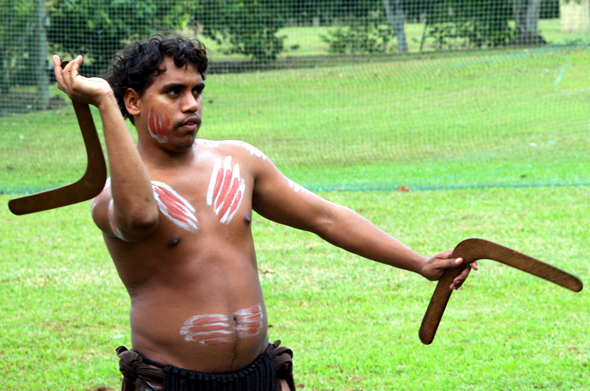 Im Tjapukai Aboriginal Cultural Park zeigen Aborigines den besuchern, wie mit dem Boomerang gejagt werden kann. (Foto Karsten-Thilo Raab)