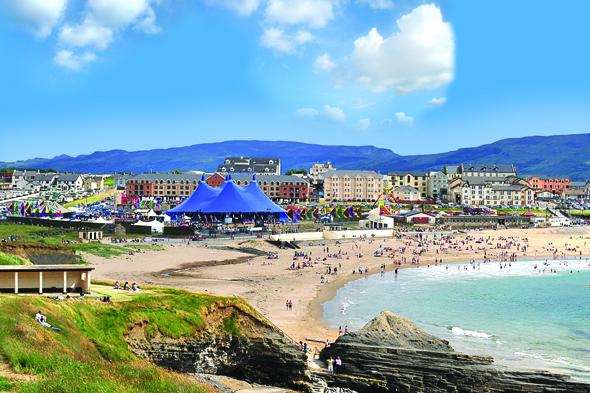 Bundoran hat sich in den letzten Jahren vom verträumten Küstenort zum Surfertreff gewandelt. (Fotos Tourism Ireland)