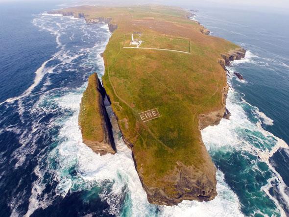 """Aus der Luft zu erkennen: die Loop Head Peninsula mit der markanten """"Eire""""-Aufschrift. (Foto Raymond Fogarty)"""