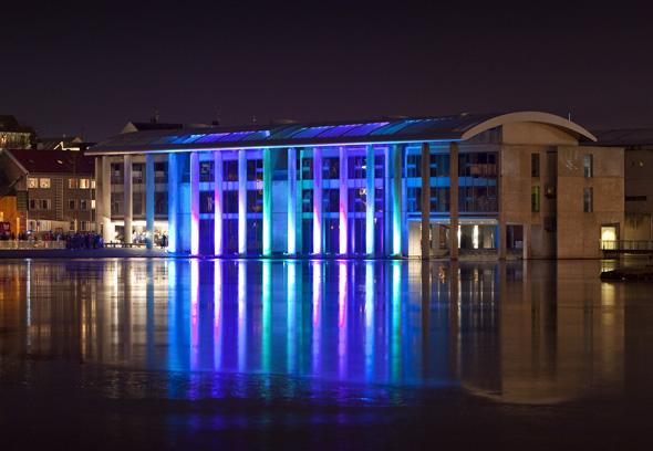 Nachjtsprächtig illuminiert: Das Rathaus von Reykjavik. (Foto Iceland Tourist Board)