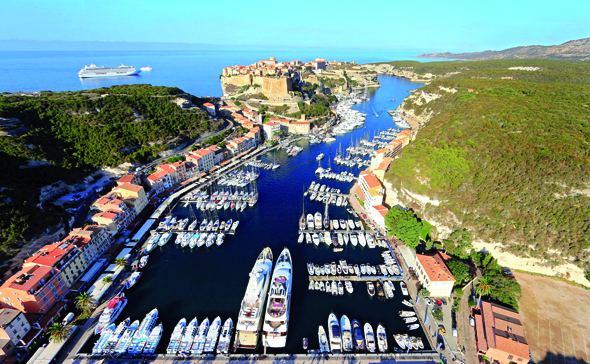 Nicht nur aus der Vogelperspektive überaus faszinierend: Bonifacio mit dem mächtigen Hafen. (Foto Sebastian Aude)
