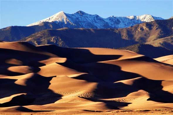 Die Dünen im Great Sand Dunes Nationalpark mit dem Cleveland Peak im Hintergrund ( Foto National Park Service)