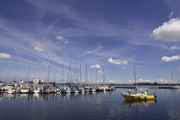 Maritimes Flair im Yachthafen Burgtiefe. (Foto Stefan Sobotta)