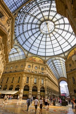 Galleria Vittorio Emanuele II:die glanzvollste Einkaufsmeile Mailands – mit Marmor und Mosaikböden, mit der berühmten Kuppel und mit Niederlassungen der bekanntesten Modemarken. (Foto Henry Bonn/Fotolia)
