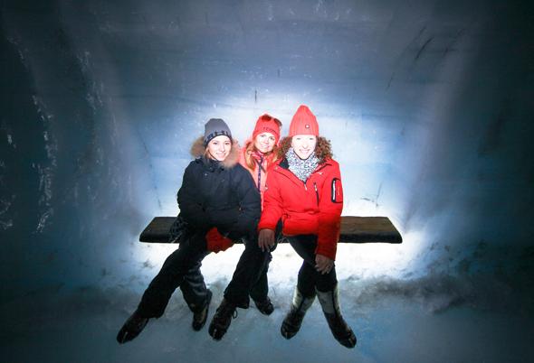 Auf kleinen, in die Eiswand eingelassenen Bänke können sich die Gletscher-Gänger eine Ruhepause gönnen. (Foto Roman Gerasymenko)