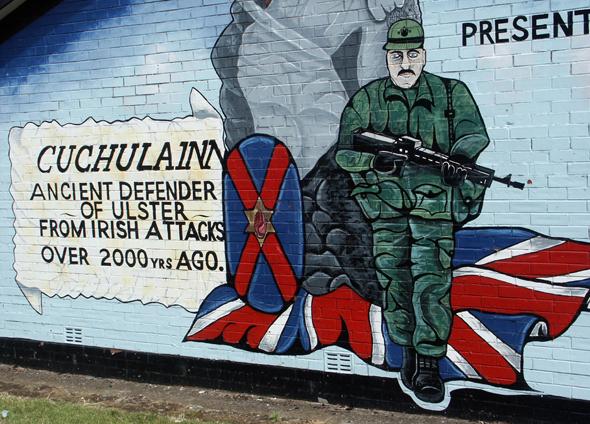 Murals, riesige Wandmalereien wie hier an der Newtownards Road, zeugen von den einstigen Unruhen in Belfast. (Foto Karsten-Thilo Raab)