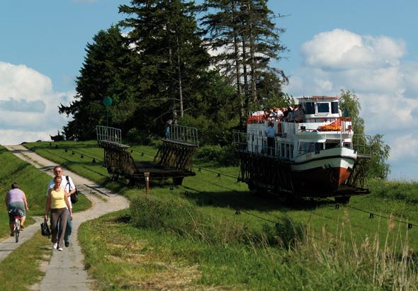 Manch ein Spaziergänger wundert sich, wenn er von einem Schiff überholt wird. (Foto WMROT)