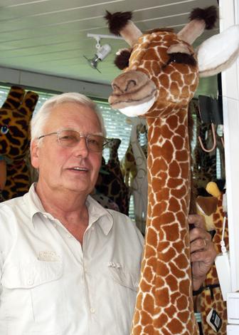 """""""Giraffen-Vater"""" Heinz-Jürgen Preuß ist selber mit knapp zwei Metern groß gewachsen. (Foto Karsten-Thilo Raab)"""