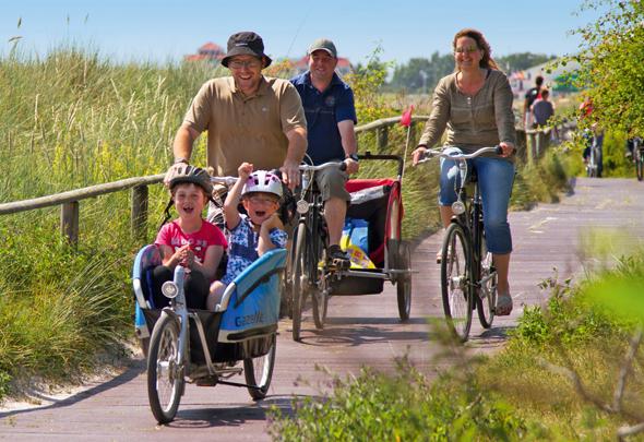 Ein Spaß für die ganze Familie: Radfahren auf dem Bohlenweg. (Foto Rolf Kollenberg)