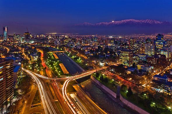 Pulsierende 6,5-Millionen-Metropole an den Ausläufern der Anden: Santiago de Chile. (Foto Javmoraga)