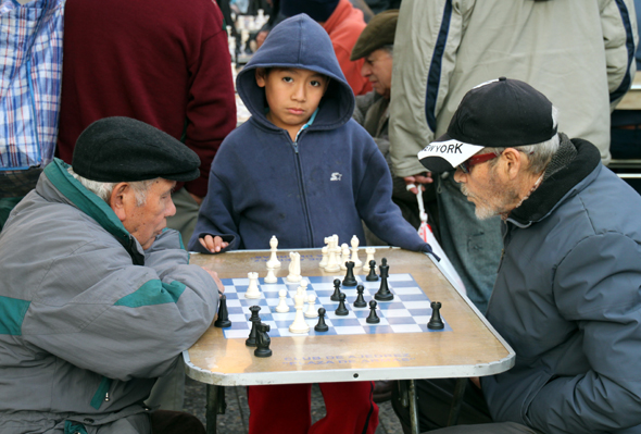 Eine der liebsten Freizeitbeschäftigung der Chilen: Schach spielen unter freiem Himmel wie am Plaza de Armas. (Foto Karsten-Thilo Raab)